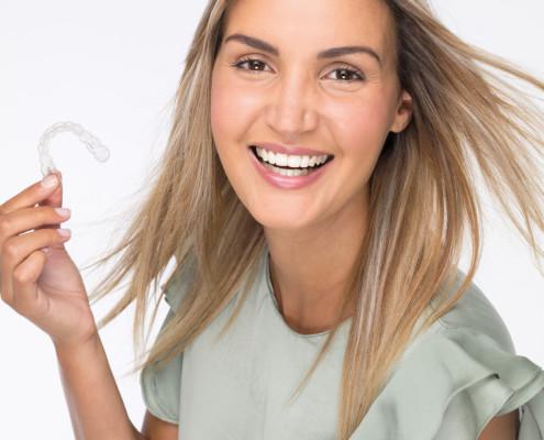 Zahnarzt in Wesseling, Behandlung mit Invisalign, gerade Zähne ohne Zahnspange